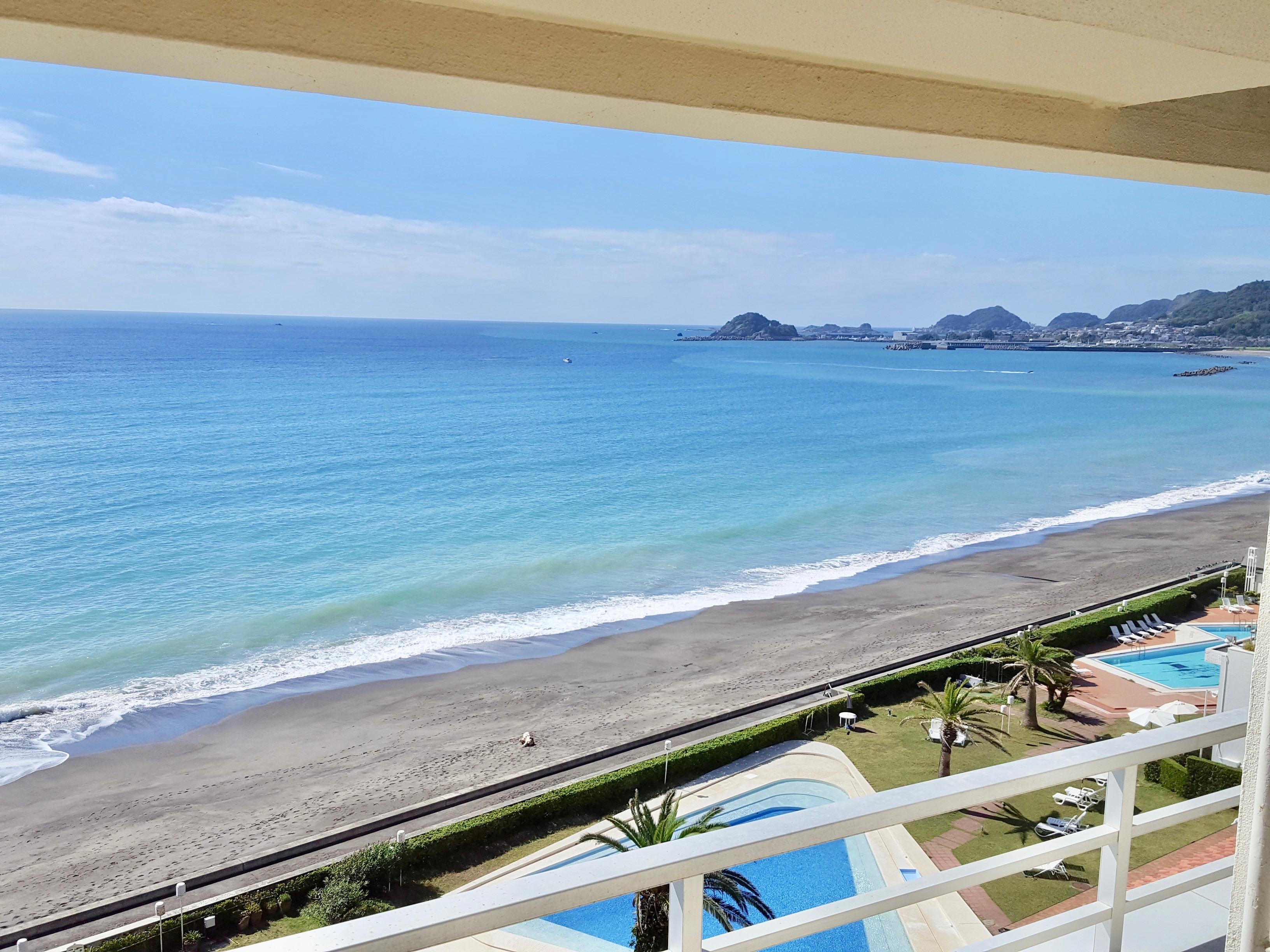 鴨川グランドホテルの部屋から見える海とプールの景色
