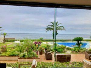鴨川グランドホテルのロビーから見えるプールと海