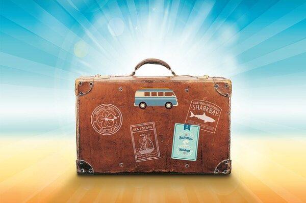 太陽に当たる旅行鞄